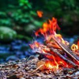 雨の日キャンプでも快適な焚き火の方法!